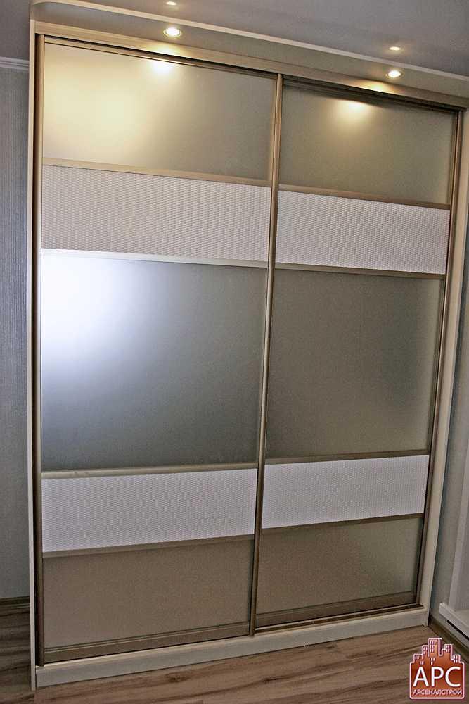 стеклянный шкаф с подсветкой