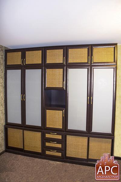 Шкаф-стенка с ротанговыми фасадами
