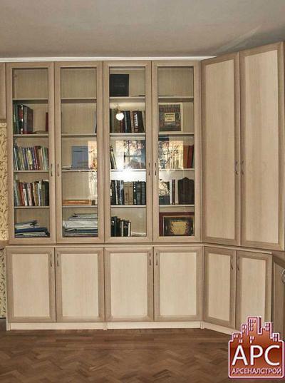 Угловая библиотека с рамочными фасадами.