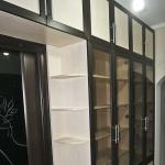 Встроенный библиотечный шкаф с радиусным терминалом в дверном проеме.