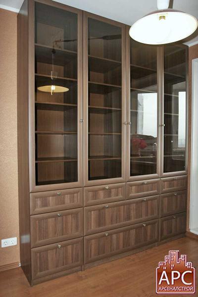 Библиотечный шкаф со стеклянной витриной и выдвижными ящиками.