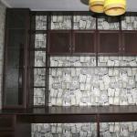 На заказ для комнаты изготовлен встроенный письменный стол с большой надстройкой.