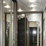 Шкафы купе с зеркальными раздвижными дверями украшенными пескоструйным рисунком.