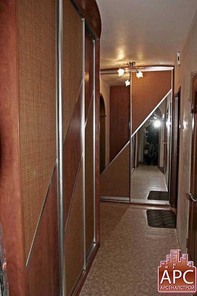 прихожая с комбинированными дверями