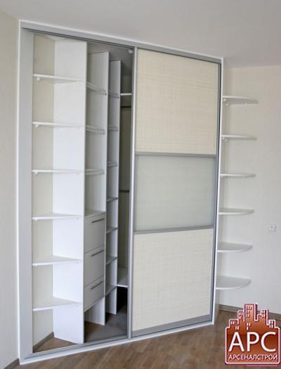 Угловой встроенный шкаф купе Raumplus (матовое серебро)