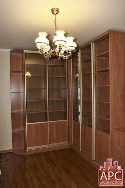угловая библиотека с купейными дверями
