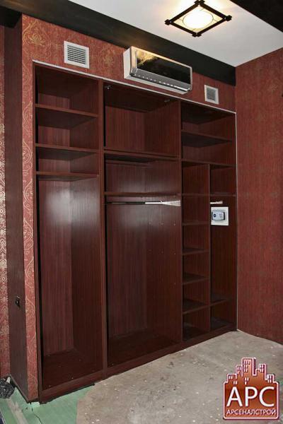 корпусной шкаф, установленный в нишу комнаты
