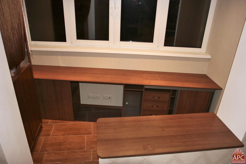 Встроеные шкафы на балкон с письм столиком.