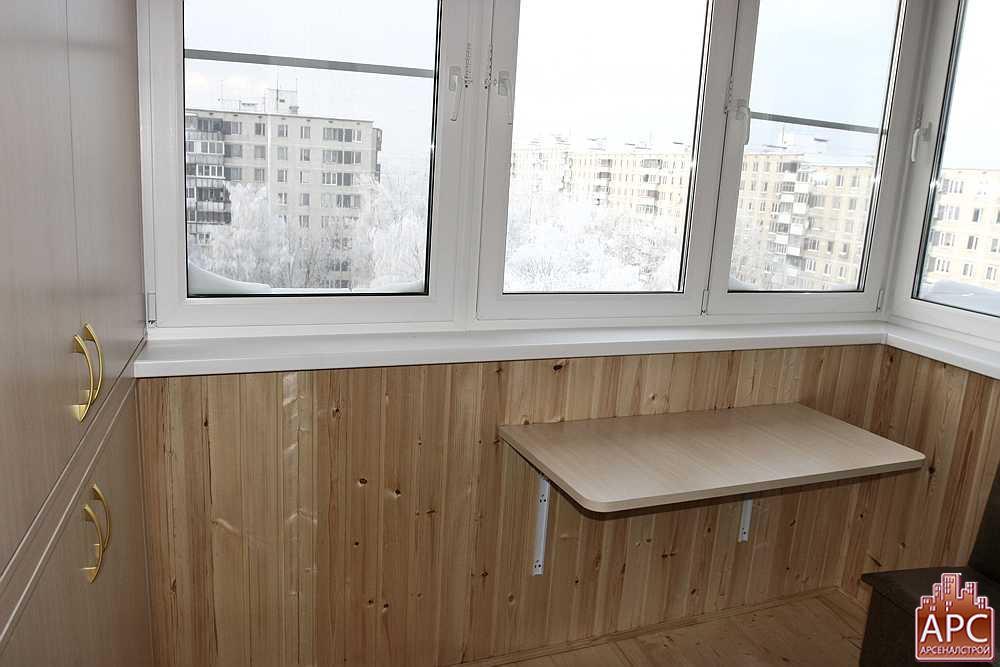 Распашной трехстворчатый шкаф и откидной столик на балконе и.