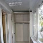 Встроенный шкаф с распашными дверями и антресолью изготовлен под заказ для лоджии.