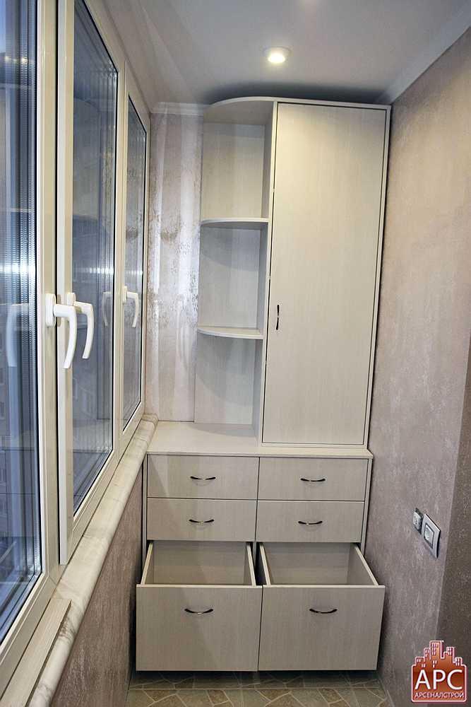 Оформление балконов выдвижными шкафами и полезной мебелью..