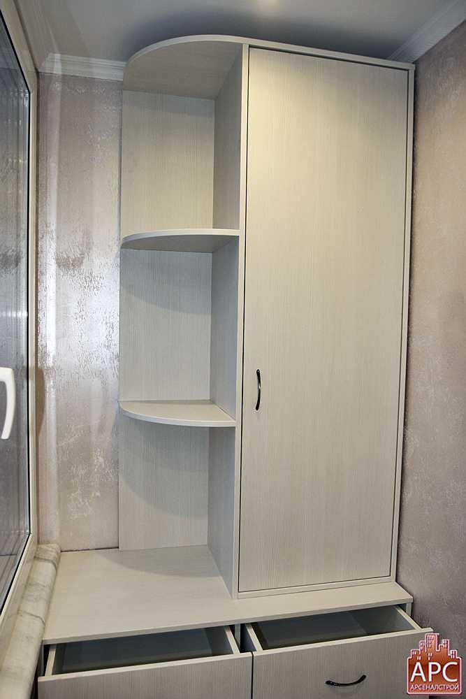 Шкаф на лоджии с радиусным угловым терминалом изготовленный .