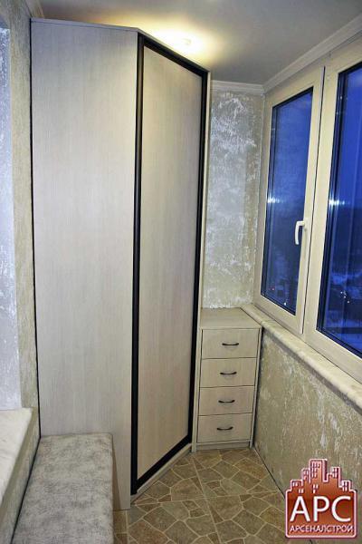 Встроенный угловой шкаф и мебель на заказ для лоджии.