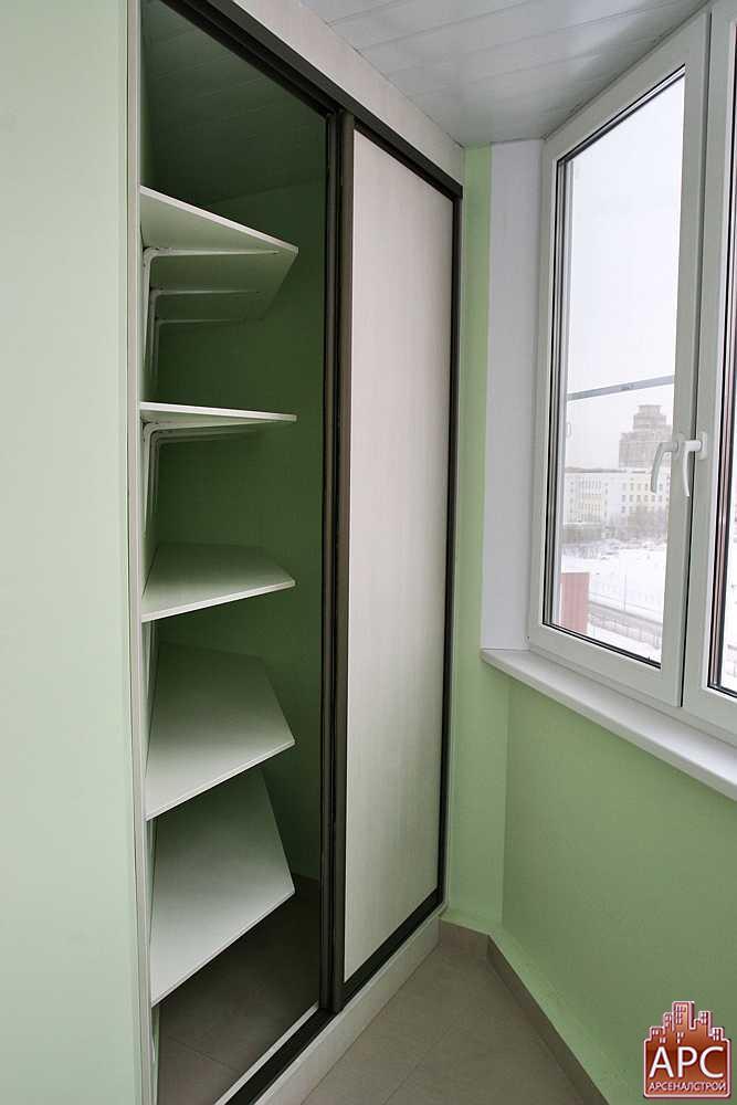 Встроенный шкаф на круглом балконе.